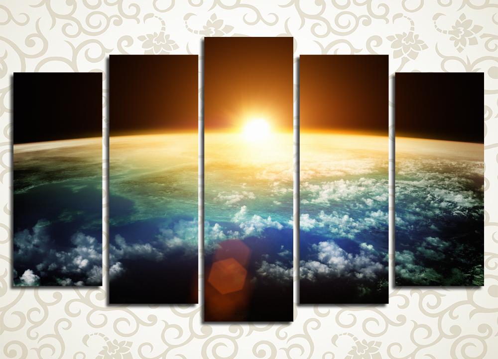 Модульная картина Закат в космосеФантастический вид с планетарной орбиты изображен на модульной картине «Закат в космосе». Над дугообразной линией горизонта выглядывает огненный край солнца, а далеко внизу клубятся белые облака. Полотно станет отличным украшением гостиной, прихожей, спальни, зала, а также офисного кабинета. Картина состоит из 5 вертикальных модулей при этом ее общая компоновка – горизонтальная. Высокотехнологичные латексные краски не требуют защиты лаком.<br>