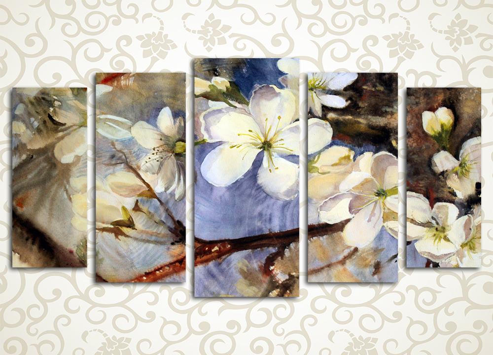 Модульная картина Цветущая яблоняЦветы и фрукты<br>Модульная картина «Цветущая яблоня», изображающая ветвь яблони с белыми цветами на фоне голубого неба, выглядит невероятно красиво. Нежные светлые тона данной картины, которая состоит из 5 вертикально ориентированных модулей, будут наполнять вас хорошим настроением. Каждый из этапов производства декора поддается строгому контролю, чем объясняется длительный срок его службы.<br>